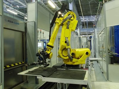 Immediately after the initial machining of the workpieces, the robot transports the semi-finished parts to the washing machine.